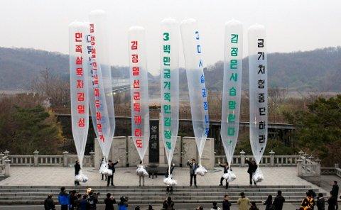 Aktivister sier de har sendt 500.000 løpesedler over grensen til Nord-Korea ved hjelp av gassballonger, selv om det nå er forbudt og kan straffes med fengsel og høye bøter. Bildet er fra en tilsvarende aksjon 15. april 2011. Arkivfoto: Lee Jin-man / AP / NTB