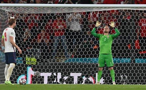 Kasper Schmeichel ble forstyrret av en laserpenn da Harry Kane skulle ta et viktig straffespark mot Danmark i semifinalen i EM. (AP Photo/Paul Ellis, Pool)