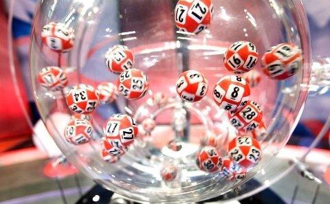 SJU RETTE: Hver lørdag legges de 34 Lotto-kulene i maskina og sju av tallene trekkes ut. Dersom du har de sju tallene på kupongen din, kan du vente deg en telefon fra Hamar.