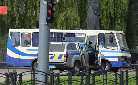 Ukrainsk politi på plass ved bussen som ble kapret tirsdag.