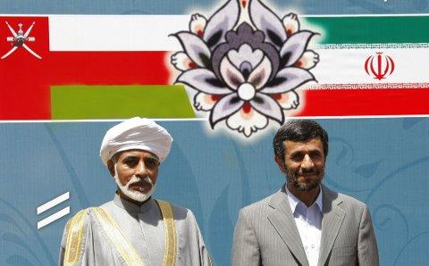 ENEVELDIG MONARKI: Omans øverste leder, sultan Qaboos bin Said (til venstre), har hatt sin posisjon i det eneveldige monarkiet siden 1970. Oman er en av ti autoritære regimer Norge eksporterer militært utstyr til. Bildet er tatt da sultanen gjestet Iran og president Mahmoud Ahmadinejad i 2009.
