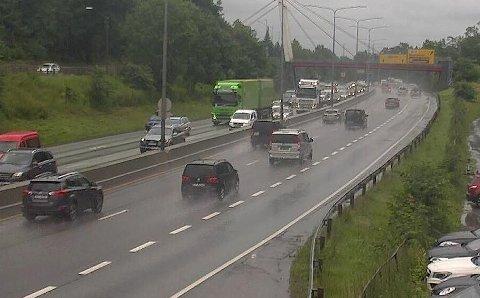 Økende trafikk på E18 i Sandvika fredag ettermiddag på den store utfartsdagen før fellesferien. Bildet er tatt like før klokka 14.
