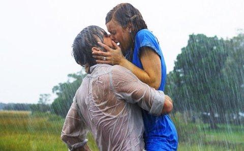 Kyssescener i regn er det nok av i romantiske filmer, og det er også The Notebooks mest kjente scene. Men hvor digg og romantisk hadde dette egentlig vært i virkeligheten?