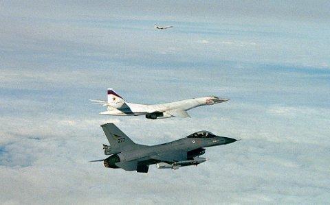 ØKT TRUSSEL: De nordiske landene øker samarbeidet for å møte økt trussel fra Russland. Bildet viser et norsk F16 jagerfly og to russiske TU 160 Blackjack bombefly i internasjonalt luftrom i juli 2007.