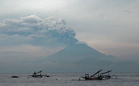 UTBRUDD: Agung-vulkanen har de siste dagene sydd ut aske og røyk nord på Bali. Flyplassen holder fremdeles stengt, og flere tusen turister er vulkan-faste på øya. Bildet er tatt fra naboøya Lombok.