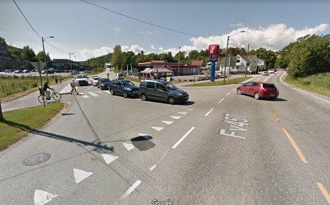 På forsommeren monterte Statens vegvesen lysregulering i krysset der Vågsbygdveien møter Holskogveien i Kristiansand (bildet). Vegvesenets egen rapport viste imidlertid at det var for farlig - og hele lyssystemet er nå tatt ned.
