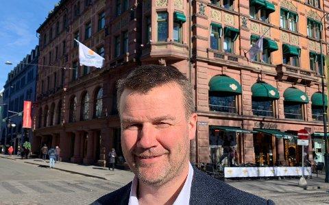 BANKVINNER: Adm.dir. Ole Laurits Lønnum i Landkreditt Bank, her foran bankens hovedkontor på Karl Johan, har grunn til å smile. Banken topper Norsk Familieøkonomis kåring av bankene med best utlånsrente i 2018.