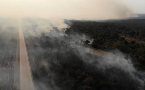 FRYKTER SPREDNING: Disse TV-bildene viser en skogbrann i Santa Cruz-regionen øst i Bolivia denne uken. Peru har varslet at de er på vakt mot spredning av skogbranner i Brasil og Bolivia.