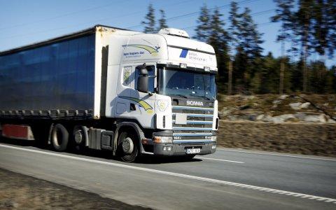 Samferdselsminister Solvik-Olsen vil før sommeren tillate vogntog på 60 tonn på en rekke veier i Norge. Illustrasjonsfoto.