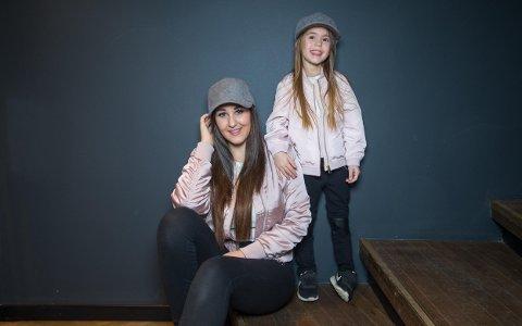Anna Rasmussen og datteren Michelle. Nå er familien på fem på flyttefot igjen, uten å ville dele hva slags planer de har.