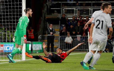 ROPTE PÅ STRAFFE: Callum Wilson fortviler over at han ikke fikk straffe mot Manchester United.
