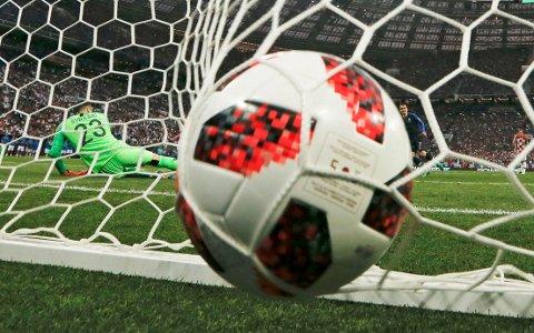 TVILSOM STRAFFE: Da Antoine Griezmann satte inn 2-1 for Frankrike på en tvilsom straffe i finalen mot Kroatia og keeper Danijel Subasic, var løpet i praksis kjørt.