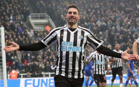 Fabian Schar jubler etter å ha scoret Newcastle sitt andre mål mot Cardiff. Vi tror det kommer en ny Newcastle-opptur i dag.