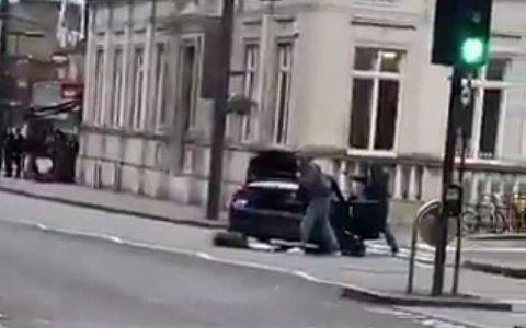 Politiet i London har skutt en person etter en knivstikking som betegnes som terrorhendelse.