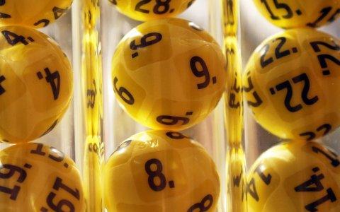 Mannen som vant 50,8 millioner kroner i andrepremie i Eurojackpot har begynt å sjekke renten i bankene.