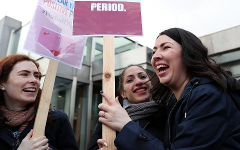 SLUTT PÅ MENSTRUASJONS-FATTIGDOM: Helsetalskvinne for skotske Labour, Monica Lennon (til høyre), kan juble for ny historisk lov som gir kvinner rett til gratis tamponger med mere.