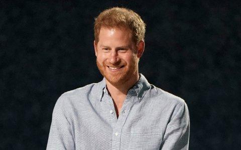 For en drøy måned siden ble prins Harry og kona Megan foreldre for andre gang. Mandag kom nyheten om at den 36 år gamle prinsen jobber med en selvbiografi. Foto: Jordan Strauss / AP / NTB