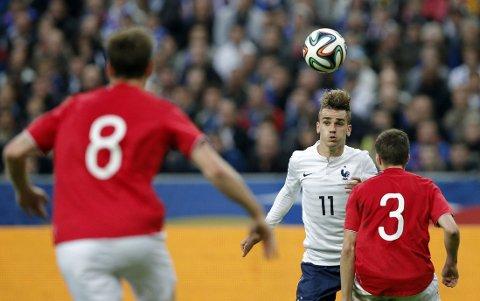 STOR INTERESSE: Håvard Nordtveit (nr. 8) og Martin Linnes (nr. 3) hadde lite å stille opp med mot Antoine Griezmann og Frankrike i forrige ukes privatlandskamp. Interessen for 23-åringen er stor i både Premier League og hos franske PSG.