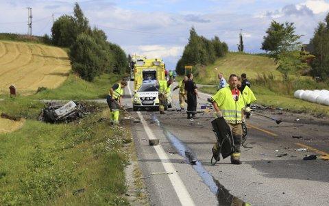 En person omkom i en trafikkulykke mellom en lastebil og en personbil ved Kvam nær Steinkjer lørdag. Personbilen var helt utbrent da redningsmannskapene kom til stedet.