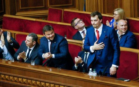Oleksyj Gontsjaruk (stående) ble utnevnt til Ukrainas nye statsminister i fjor.