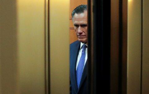 I HEISEN: Mitt Romney, her på vei inn i heisen i kongressbygningen for å avgi sin stemme i senatet, stemte for å felle Trump på det første tiltalepunktet om maktmisbruk. Han har fått sterke reaksjoner fra partifeller.