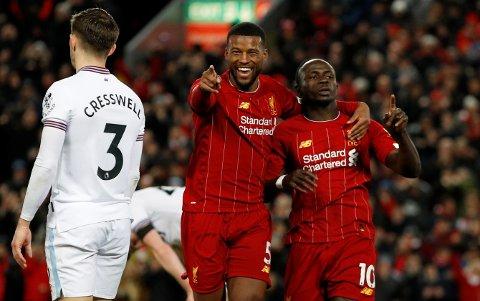 Liverpools Sadio Mane jubler sammen med Georginio Wijnaldum etter scoringen sin mot West Ham. Vi tror Liverpool kommer tilbake på vinnersporet i lørdagens kamp mot nedrykkstruede Bournemouth.