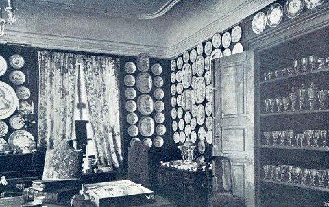 Fra «Porcelænsværelset paa Stubljan 1898», Glassene ses på hyllen til høyre.