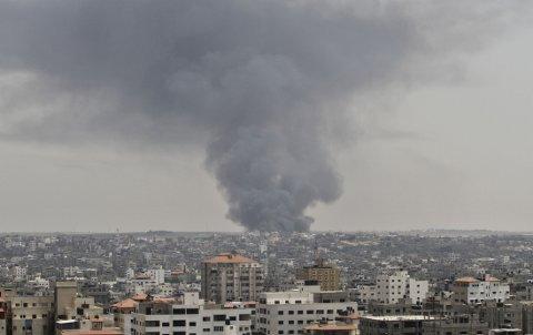Røyk stiger opp etter et angrep i Gaza by lørdag.
