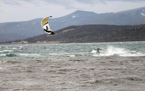 Ved 15-tiden var kitere i aktivitet utenfor Tromsø lufthavn. Nå advarer meteorologen alle mot å bevege seg utendørs.