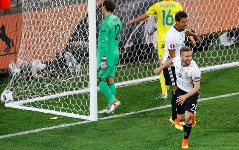 RIKTIG ANLEDNING: Shkodran Mustafi scoret sitt første mål på det tyske landslaget. Den glitrende headingen ga målet Ukraina aldri klarte å utligne i landenes første EM-kamp.