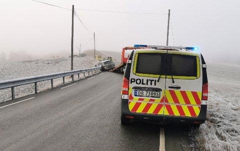 GLATTE VEIER: To biler kolliderte på fylkesvei 120 på Krokfoss fredag, og politiet forteller at det er svært glatt på stedet.