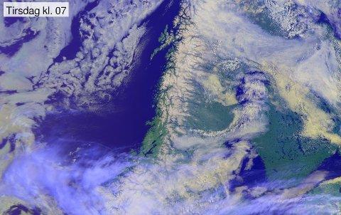 TIRSDAG MORGEN: Satelittbildet fra tirsdag morgen viser at Nord-Trøndelag, Nordland og Sør-Troms er værvinnere nå. Utover i uka ser det lovende ut mange steder i landet.