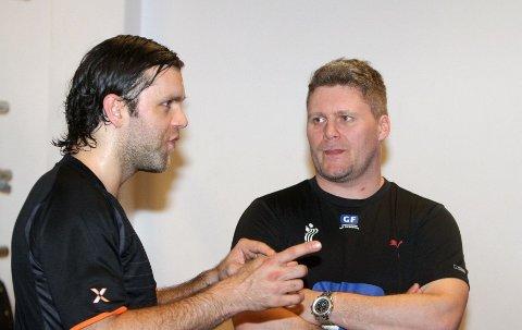 Lytter: Anders Thomsen (høyre) hører på hva Eldin Hajdarevic har på hjertet. Eldin trener med Oppsal, men har ikke skrevet under.