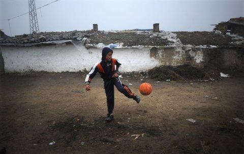 EUROPAS FATTIGE: Ifølge en rapport fra EU-kontoret FRA i 2012 er én av tre med rombakgrunn uten arbeid, 90 prosent lever under fattigdomsgrensen. Bildet er fra byen Nikolaevo i Bulgaria.