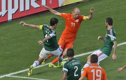 SENTRAL: Arjen Robben ble nok en gang en viktig brikke da Nederland spilte seg videre til VM-kvartfinale.