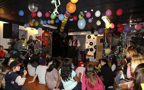 Tryllerier: Magiker Jan Crosby underholdt på 40-årsfesten til fritidsklubben på Rødtvet til begeistring fra barna og ungdommene. Foto: Claus Kvasnes