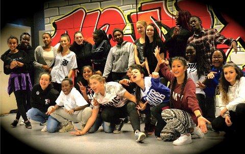 Denne gjengen står til helgen på scenen på Lindeberg skole i revyen «Stempla».