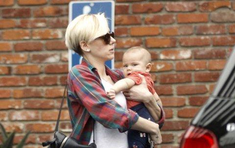 MAMMA: Scarlett Johansson med Rose på armen.