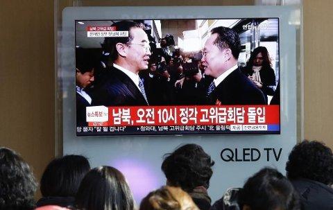 På jernbanestasjonen i Seoul ser folk på TV-sendingen av møtet mellom utsendingene fra Nord- og Sør-Korea tirsdag 09.01.18.