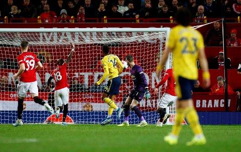 MÅRN, DU: Ashley Young så mer mot dommeren enn mot Pierre-Emerick Aubameyang da Arsenal-spissen satte inn 1-1-målet.