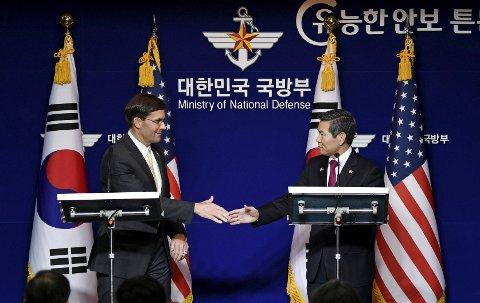 USAs forsvarsminister Mark Esper (til venstre) og Sør-Koreas forsvarsminister Jeong Kyeong-doo holdt fredag felles pressekonferanse i Seoul. Foto: Jung Yeon-je / AP / NTB scanpix