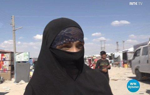 Den 30-årige terrortiltalte kvinnen da hun var i Al Hol-leiren. Ved å gi dette intervjuet til NRK risikerte hun represalier. I dag går hun ikke lenger med det heldekkende plagget nikab.