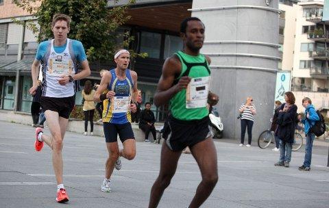 Nummer åtte: Øystein Mørk (bak) fra Bøler ble nummer åtte i halvmaraton med tiden 1.11.17. Foto: Arild Jacobsen