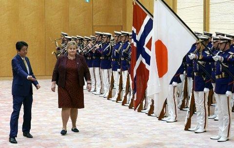 Japans Shinzo Abe ønsker Erna Solberg velkommen til Tokyo i Japan. Etter besøket i Japan reiser Solberg videre til Sør-Korea. Der vil hun blant andre møte Norges OL-deltakere.
