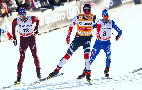 TOK SEG FORBI: Både Gleb Retivykh ( til venstre) og Federico Pellegrino (til høyre) kom seg foran OL-vinner Johannes Høsflot Klæbo på sprinten i Lahti.
