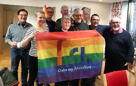Da vi skulle ta bilde sammen på Regnbuetreffet for skeive seniorer, var det flere som ikke turte bli med, skriver Louise-Hill Vegsund (nummer to fra venstre).