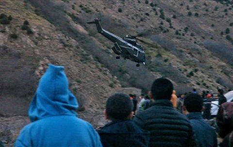 Kripos og danske PET forsøker å stanse spredningen av en video med tilknytning til drapene i Marokko. Dette bildet er tatt fra en nyhetssending på den marokkanske TV-kanalen KECH24 og viser et helikopter på vei bort fra åstedet i Atlasfjellene tirsdag.