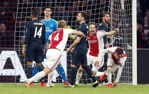 JUBEL: Ajax-spillerne jublet etter å ha tatt ledelsen mot Real Madrid. Så grep videodommerne inn.