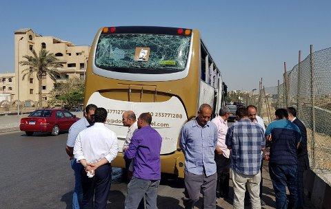 EKSPLOSJON: Denne turistbussen ble utsatt for bombeangrep i Egypt søndag ettermiddag.