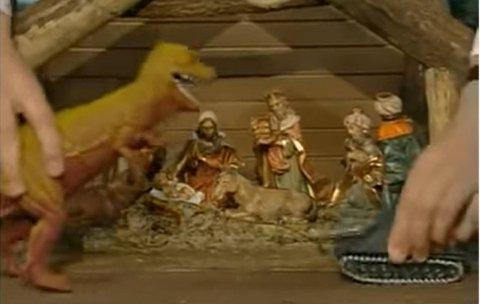I TV-serien «Merry Christmas Mr. Bean» besøker Rowan Atkinsons legendariske karakter det ekslusive kjøpesenteret Harrods i London. Her går han løs på den tradisjonelle julekrybben og tilfører nye elementer som blant annet en Tyrannosaurus Rex og en stridsvogn.